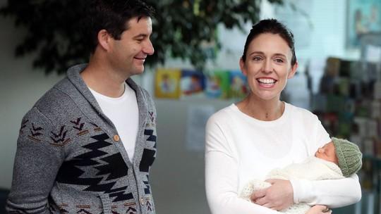 """Thủ tướng New Zealand bị chỉ trích chuyến bay """"khó đỡ"""" để chăm con - Ảnh 1."""