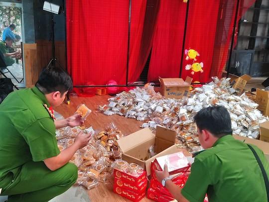 Bất ngờ bên trong điểm kinh doanh chứa hàng ngàn bánh trung thu - Ảnh 1.