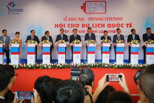 Rồng rắn xếp hàng mua vé 0 đồng tại Hội chợ Du lịch Quốc tế TP HCM - Ảnh 1.