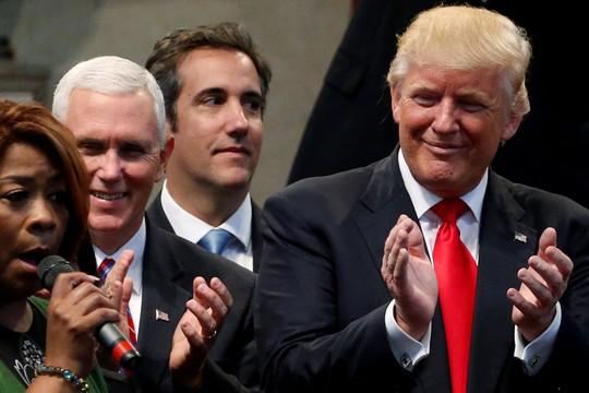 Ai là người viết bài bình luận khiến ông Trump nổi trận lôi đình? - Ảnh 1.