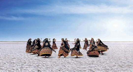 Hình ảnh siêu thực ở sa mạc muối khổng lồ của Ấn Độ - Ảnh 2.