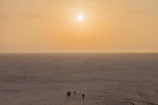 Hình ảnh siêu thực ở sa mạc muối khổng lồ của Ấn Độ - Ảnh 4.