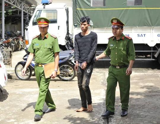 Hàng chục cảnh sát vây bắt nghi phạm cướp tiệm vàng - Ảnh 1.