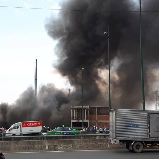TP HCM: Cháy dưới chân cầu Bình Lợi, khói bốc cao cả chục mét - Ảnh 2.
