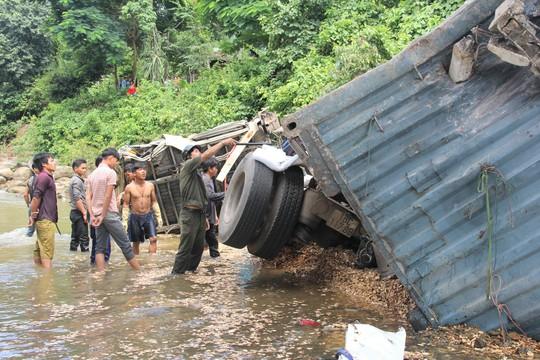 Xe đầu kéo tông gãy thành cầu lao xuống cầu, tài xế mắc kẹt trong cabin - Ảnh 3.