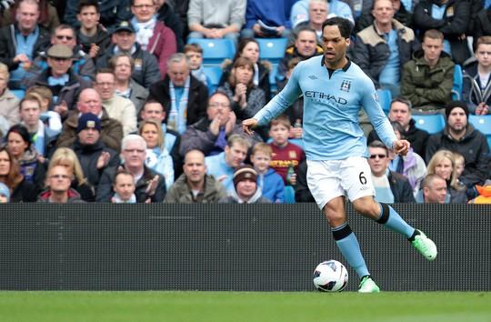 Cựu trung vệ tuyển Anh Lescott và Quang Hải nâng cúp Ngoại hạng Anh - Ảnh 2.