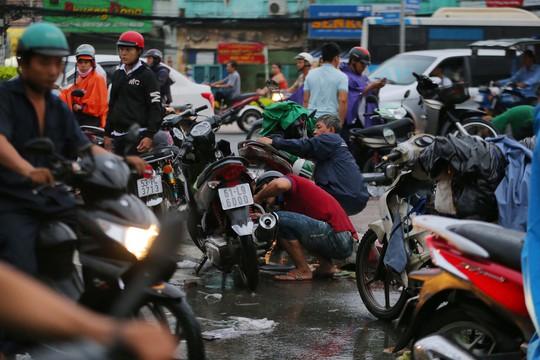 TP HCM: Mưa như trút nước, đường ngập sâu, xe chết máy la liệt - Ảnh 6.