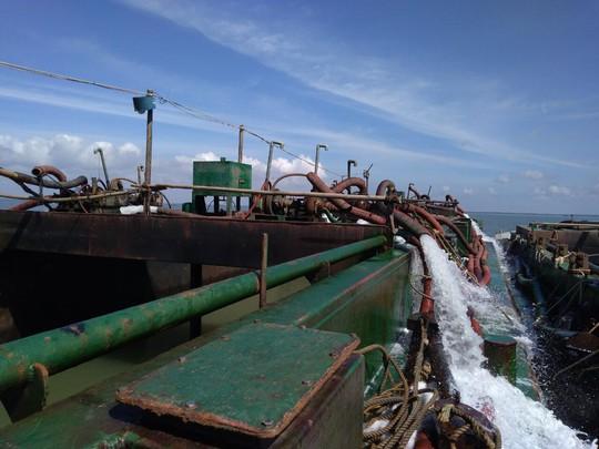 Cát tặc liều lĩnh chống đối bộ đội biên phòng trên biển Cần Giờ - Ảnh 1.
