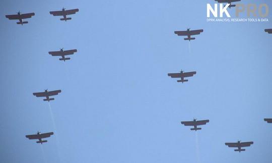 Triều Tiên nhịn khoe ICBM tại lễ diễu binh mừng quốc khánh - Ảnh 3.