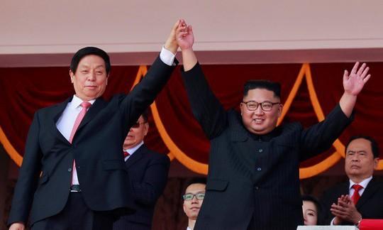 Triều Tiên nhịn khoe ICBM tại lễ diễu binh mừng quốc khánh - Ảnh 1.