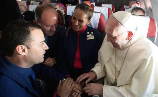 """Giáo hoàng Francis chủ trì hôn lễ """"lịch sử"""" trên máy bay - Ảnh 2."""