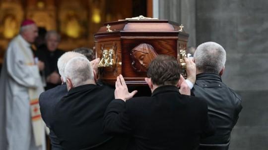 Hàng trăm người tiễn biệt danh ca Dolores ORiordan - Ảnh 1.