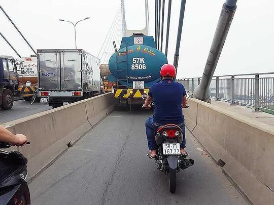 Xử lý xe bồn chạy vào làn xe máy ở Cầu Phú Mỹ thế nào? - Ảnh 1.