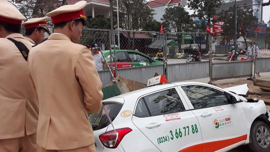 Xe taxi lọt hố công trình đang thi công - Ảnh 2.