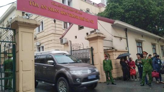 An ninh thắt chặt tại tòa xử ông Đinh La Thăng và đồng phạm - Ảnh 3.