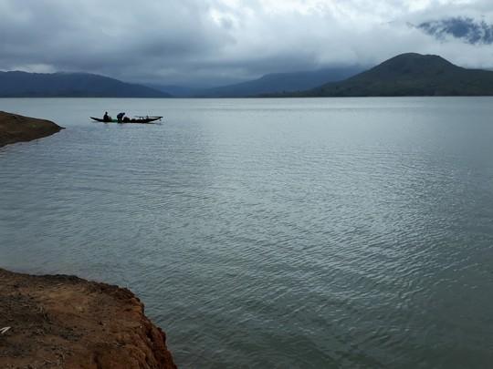 Lật ghe đánh cá trên hồ thủy điện, một người tử vong - Ảnh 1.