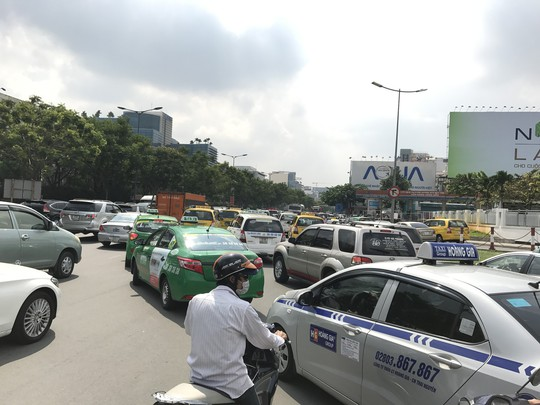 Sợ chết, taxi TP HCM cầu cứu Bộ GTVT - Ảnh 1.