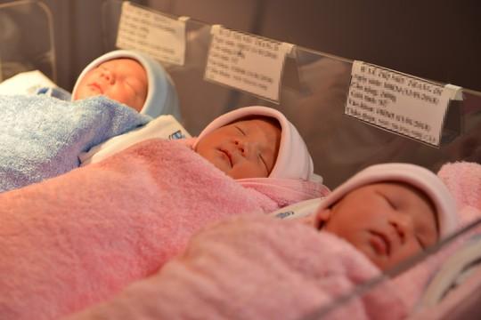 """Ca sinh 3 kỳ diệu ngay tại VN: Không cần mổ đẻ, 1 trai 2 gái, đều """"chằn chặn"""" mỗi bé 2,4kg"""