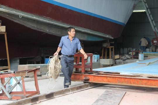 Ngư dân tay ngang đóng tàu composite - Ảnh 1.