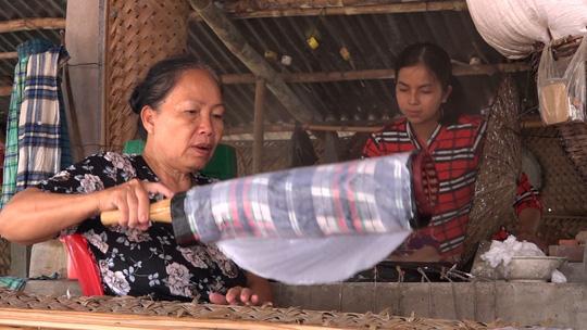 Bí quyết của làng nghề bánh tráng trăm năm phục vụ Tết - Ảnh 2.