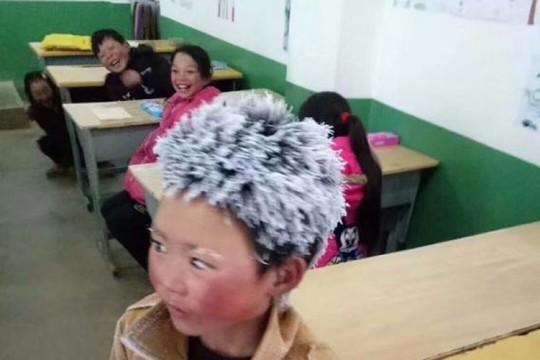 Trung Quốc: Lạnh đến mức tóc đóng băng ngoài trời - Ảnh 1.