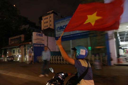 Người dân TP HCM và Vũng Tàu đổ ra đường mừng U23 Việt Nam - Ảnh 14.