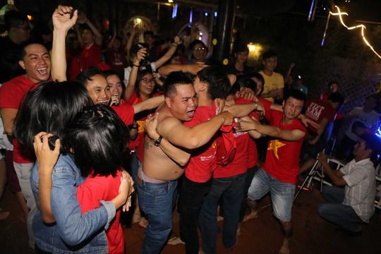 Người dân TP HCM và Vũng Tàu đổ ra đường mừng U23 Việt Nam - Ảnh 11.