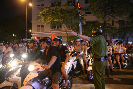 Người dân TP HCM và Vũng Tàu đổ ra đường mừng U23 Việt Nam - Ảnh 8.