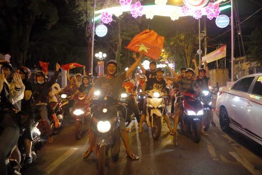 Người dân TP HCM và Vũng Tàu đổ ra đường mừng U23 Việt Nam - Ảnh 4.