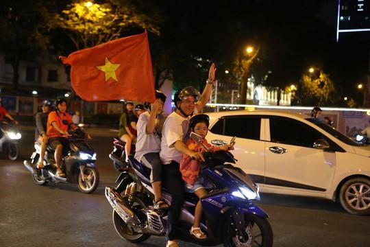 Người dân TP HCM và Vũng Tàu đổ ra đường mừng U23 Việt Nam - Ảnh 2.