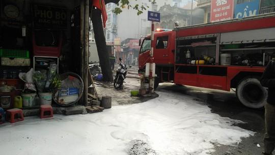 Hà Nội: Cháy lớn nhà 4 tầng kinh doanh đồ nhựa trên phố - Ảnh 2.