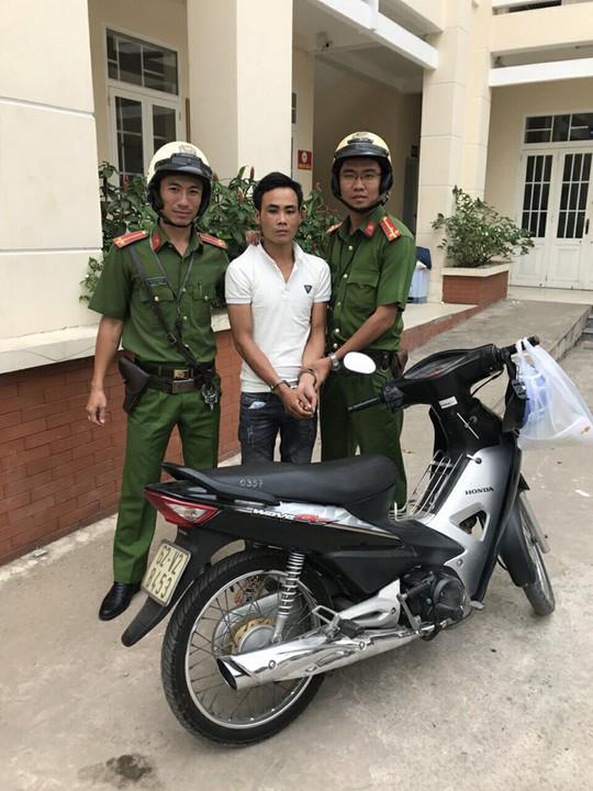 Hai tên trộm trưa bị lộ vì hành vi thậm thụt - Ảnh 1.