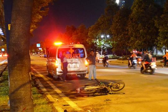 TP HCM: Một thanh niên tử vong cạnh chiếc xe biến dạng bên đường - Ảnh 1.