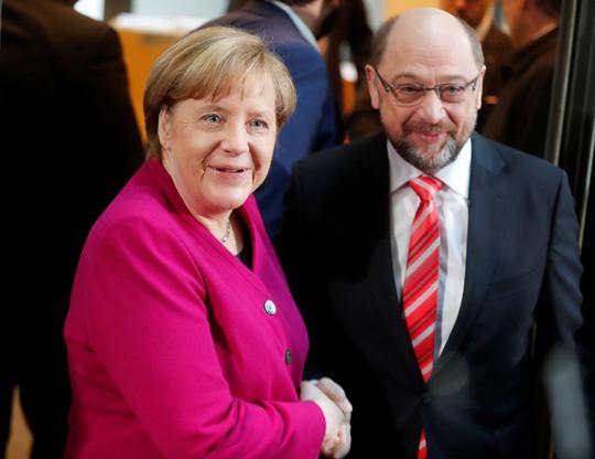 Thủ tướng Đức Angela Merkel bắt tay với lãnh đạo SPD Martin Schulz trước cuộc đàm phán về việc thành lập một chính phủ liên minh mới tại thủ đô Berlin - Đức hôm 7-1. Ảnh: REUTERS
