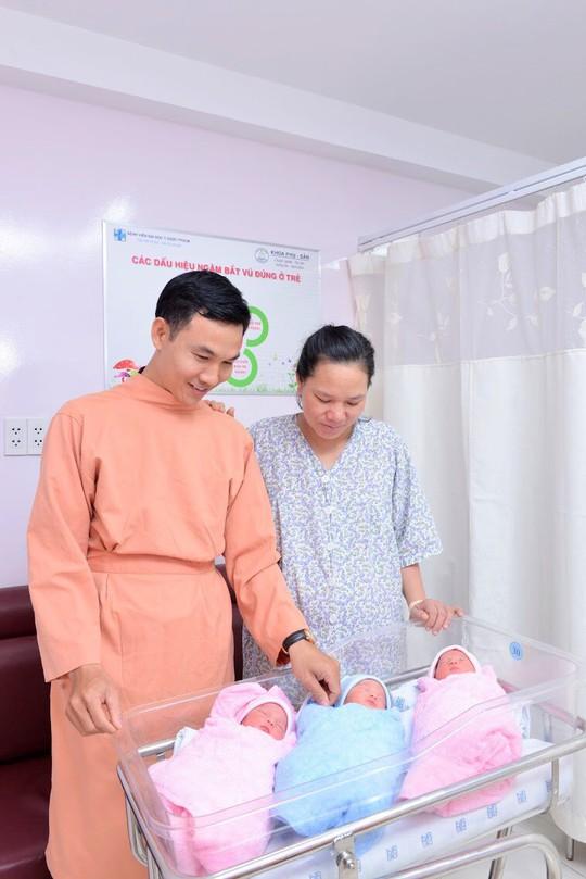 Ca sinh 3 kỳ diệu ngay tại VN: Không cần mổ đẻ, 1 trai 2 gái, đều chằn chặn mỗi bé 2,4kg - Ảnh 2.
