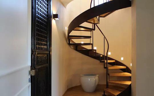 10 mẫu cầu thang gỗ đẹp hiện đại cho nhà phố chật chội - Ảnh 3.