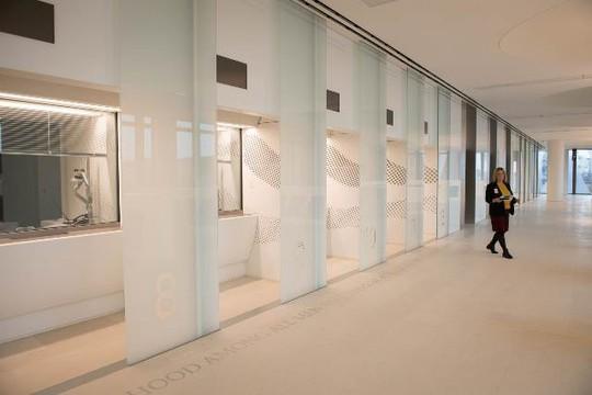 Mục sở thị đại sứ quán tỉ đô của Mỹ vừa mở cửa tại London - Ảnh 3.