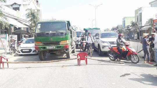Dân rào đường phản đối xe tải chở đất gây ô nhiễm - Ảnh 2.