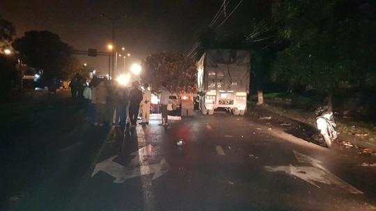 Xe máy tông đuôi xe tải, 2 người thương vong trong đêm - Ảnh 1.