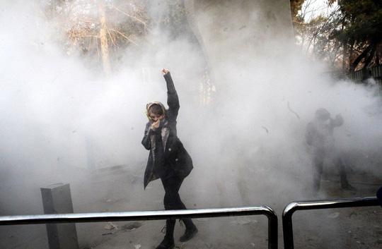 Người biểu tình Iran bất chấp quả đấm sắt - Ảnh 1.