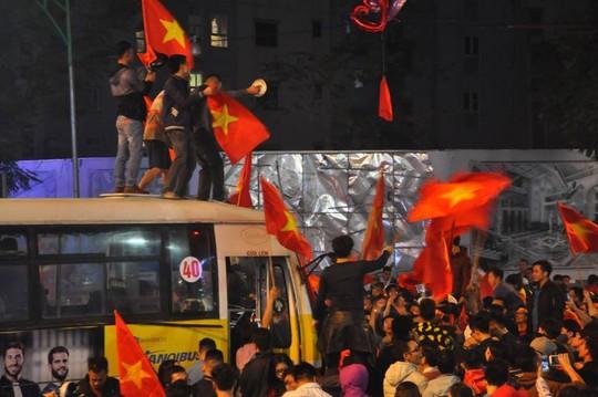Ngập sắc đỏ mừng chiến thắng nức lòng của U23 Việt Nam - Ảnh 4.