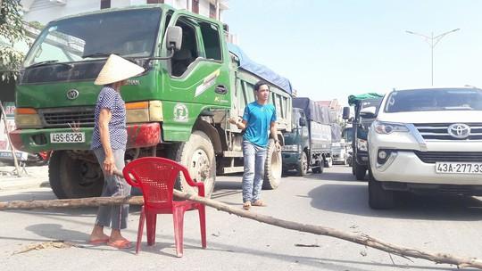 Dân rào đường phản đối xe tải chở đất gây ô nhiễm - Ảnh 3.