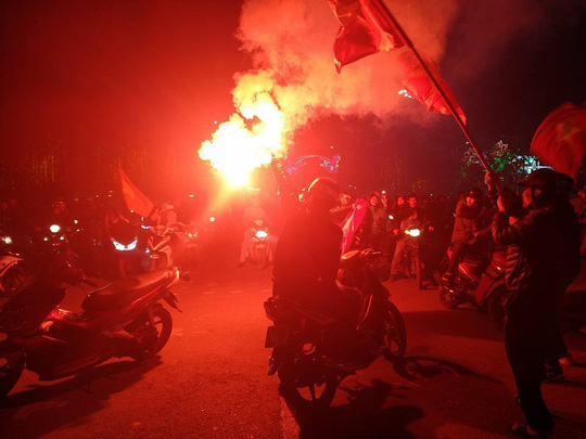 Ngập sắc đỏ mừng chiến thắng nức lòng của U23 Việt Nam - Ảnh 15.