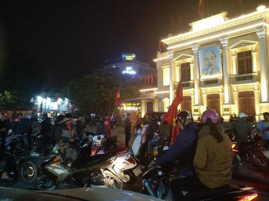Ngập sắc đỏ mừng chiến thắng nức lòng của U23 Việt Nam - Ảnh 14.