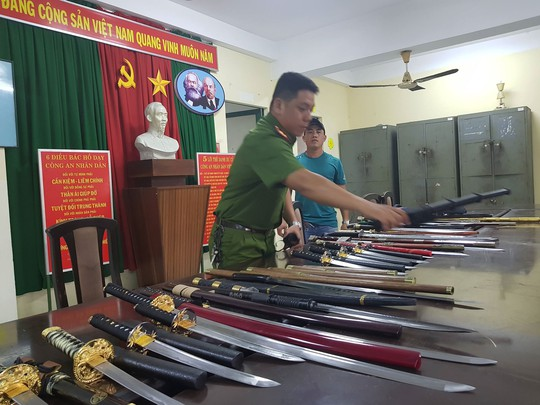 Bắt thêm đối tượng trong đường dây mua bán hung khí vùng ven Sài Gòn - Ảnh 1.