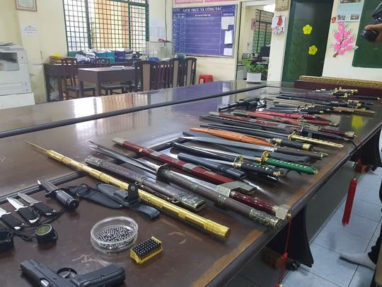 Bắt thêm đối tượng trong đường dây mua bán hung khí vùng ven Sài Gòn - Ảnh 2.