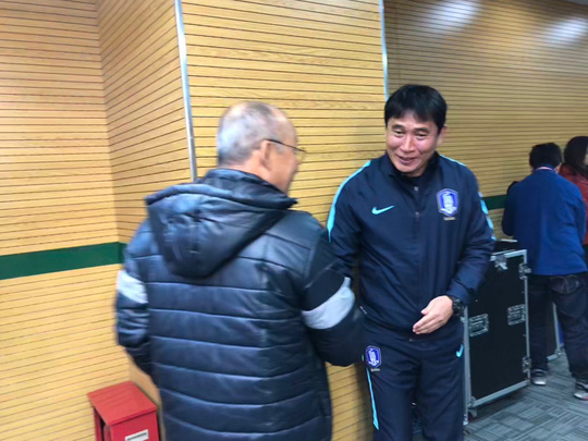HLV U23 Hàn Quốc lễ phép với đàn anh Park Hang Seo - Ảnh 1.