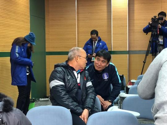 HLV U23 Hàn Quốc lễ phép với đàn anh Park Hang Seo - Ảnh 2.