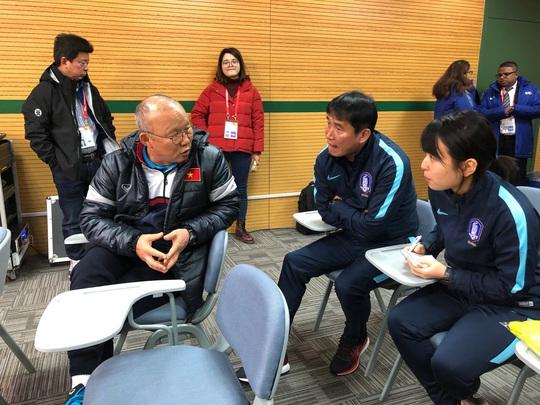HLV U23 Hàn Quốc lễ phép với đàn anh Park Hang Seo - Ảnh 3.
