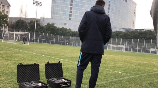 Clip: Giải mã 2 chiếc va li người Úc sử dụng trước trận gặp U23 Việt Nam - Ảnh 2.
